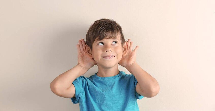 copil cu urechi clăpăuge